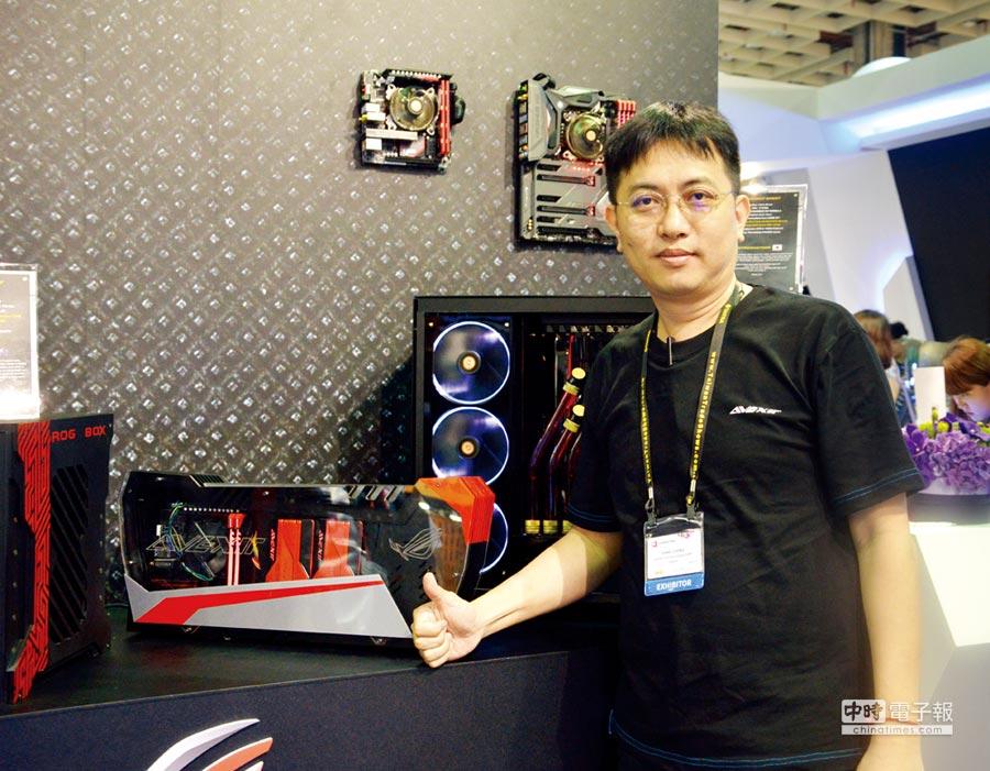 AVEXIR宇帷國際總經理鄭翰鴻介紹紅色ROG雷電產品,也是宇帷當家招牌產品之一。圖/業者提供
