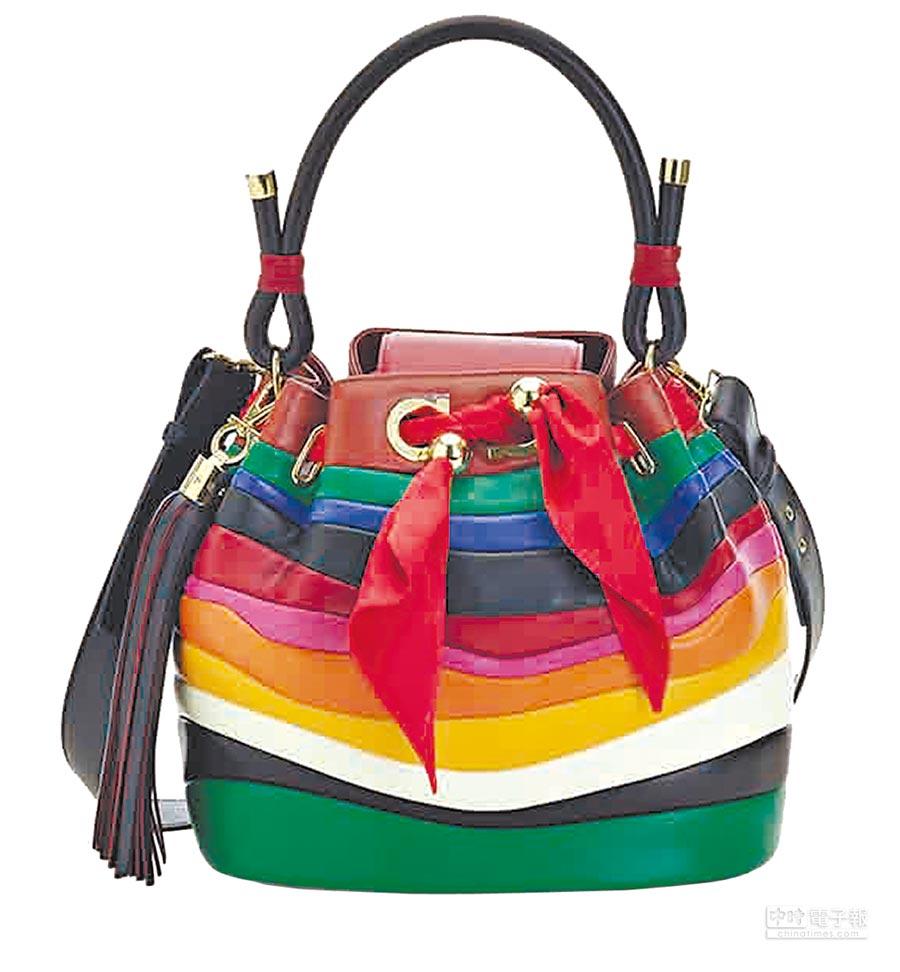 Ferragamo SARA彩色羔羊皮水桶包,8萬9900元。