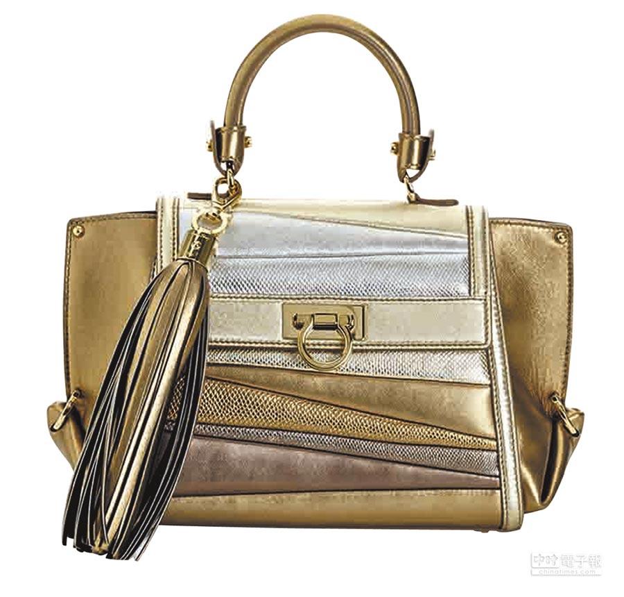 Ferragamo SOFIA金色羔羊皮與水蛇皮拼接提包,10萬5000元。