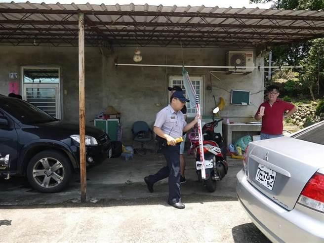 新竹縣新埔鎮驚傳媳婦後飲農藥自殺案,檢警在現場搜證勘驗。(陳育賢攝)