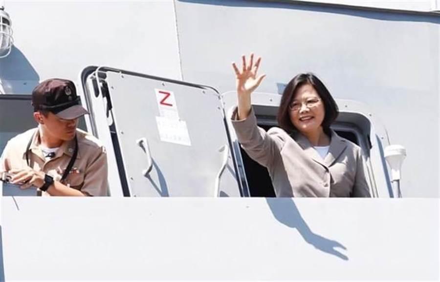 蔡英文總統視導沱江軍艦,登艦時並揮手致意。(姚志平攝)