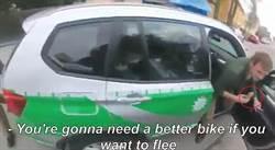 邊吃冰淇淋邊抓違規 可愛警察被網友大讚:超親民!