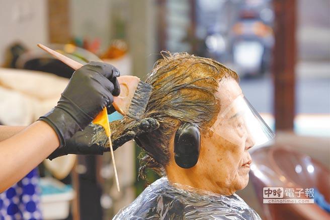 染髮時要避免頭皮直接接觸染劑。(楊彩成攝)