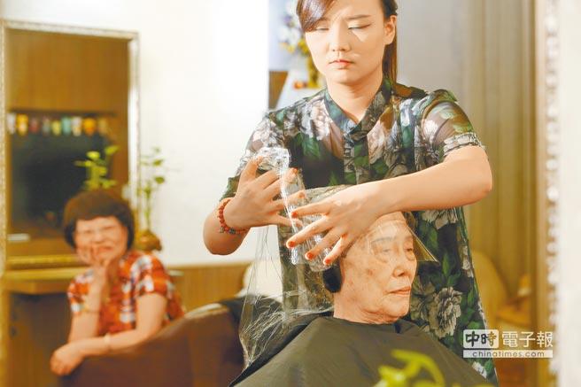上完染劑後將頭髮包住,等待染劑發揮效用。(楊彩成攝)