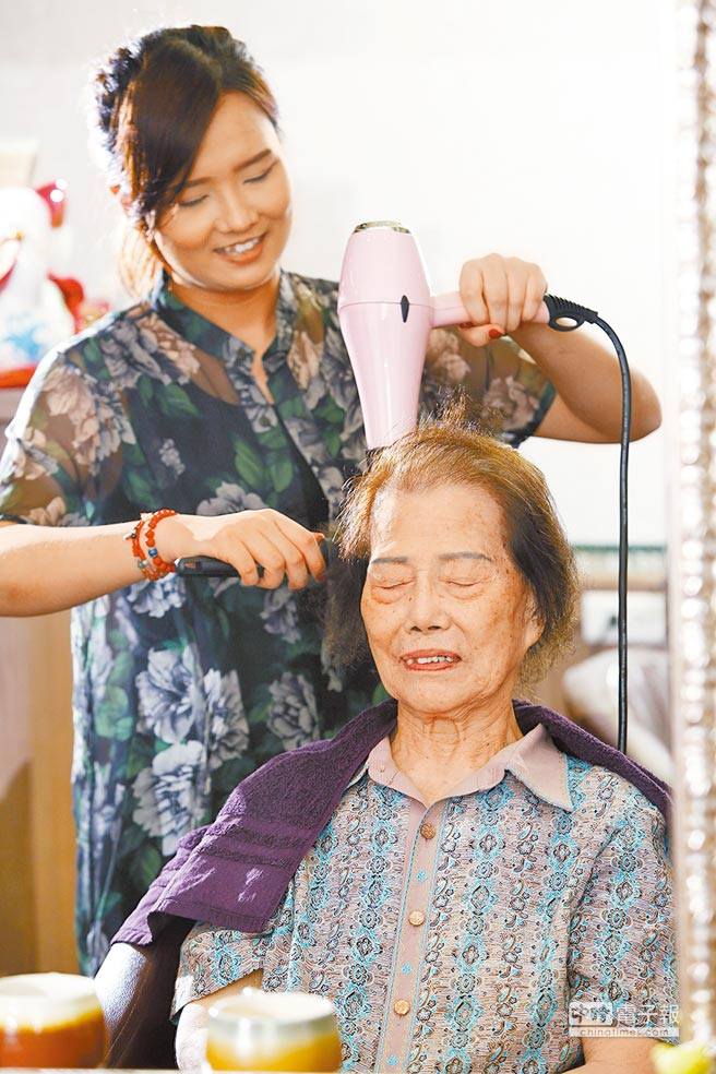 選擇專業細心的美髮設計師,才能減少染髮傷害。(楊彩成攝)