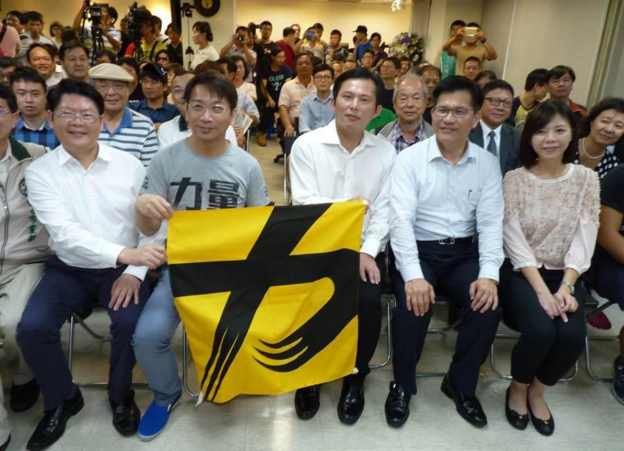 時代力量5日成立台中黨部迎戰2018選舉,台中市長林佳龍(前排右二)特前往祝賀。(陳世宗攝)