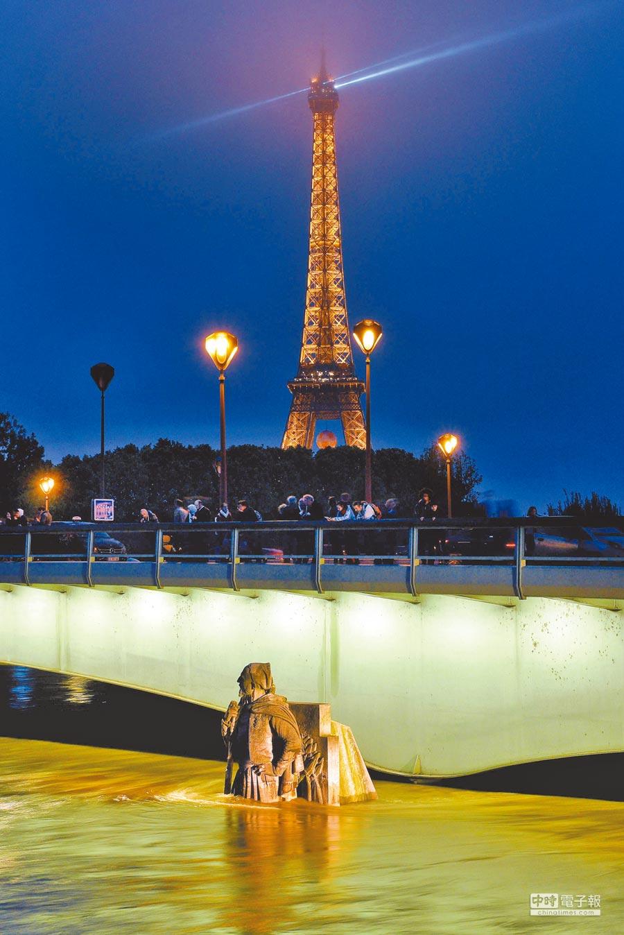 法國巴黎塞納河水位上漲,阿爾瑪橋橋下輕步兵(Zouave)雕像3日大腿以下泡在水裡,形成百年難得一見的景象。(法新社)
