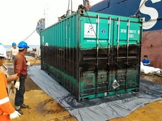 德翔台北輪船體移除作業 吊離第8類危險品貨櫃