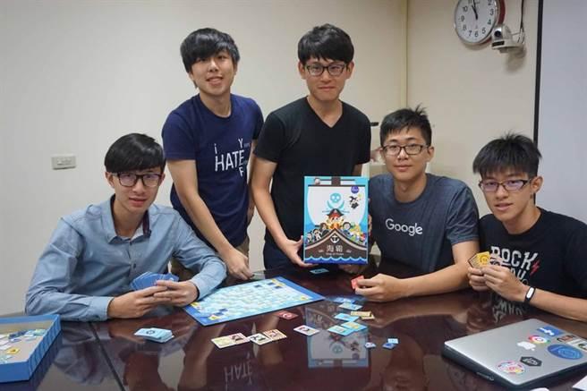 國立交通大學學生組成「程式老爹」團隊,設計出台灣第一款學生自製程式教育桌遊「海霸」,讓學程式變得好玩又有趣。中央社記者魯鋼駿攝  105年6月6日