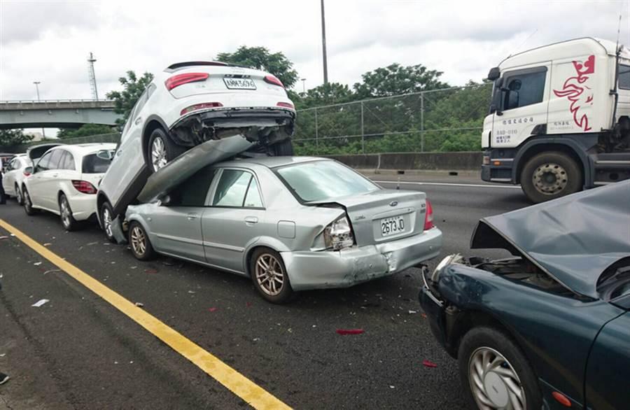 國道中山高速公路南下路竹段6日下午發生一起5車連環撞車禍,還造成2車疊羅漢,幸而沒有人員傷亡,由國道警察調查事故原因。中央社記者陳朝福高雄傳真  105年6月6日