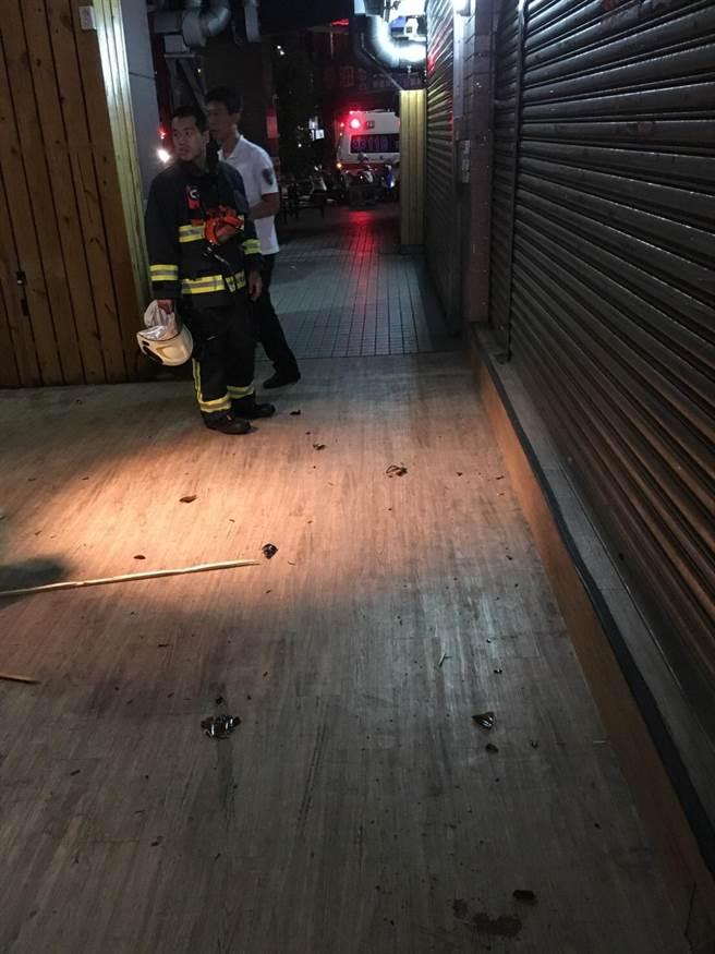 診所騎樓被燒得焦黑。(柯宗緯翻攝)