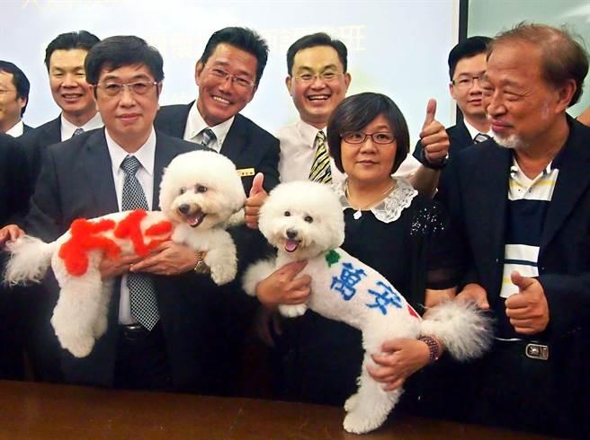 大仁科大和萬安集團合作開設「寵物生命關懷培訓認證班」,簽約儀式特地安排兩隻寫著「大仁」和「萬安」的狗出場。(潘建志攝)