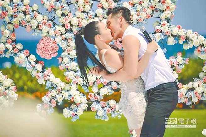 張倫碩(右)在節目上向鍾麗緹求婚,2人熱情擁吻,羨煞不少在場觀眾。
