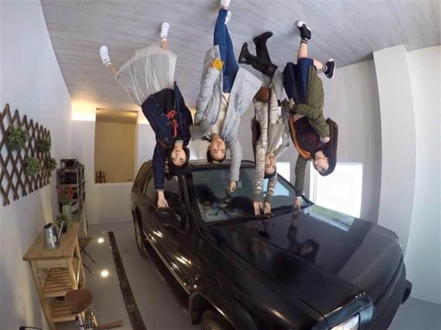 女孩們竟然飛到車頂上了(圖片為華山顛倒屋實景示意 敬請期待駁二顛倒屋)。(時藝多媒體提供)
