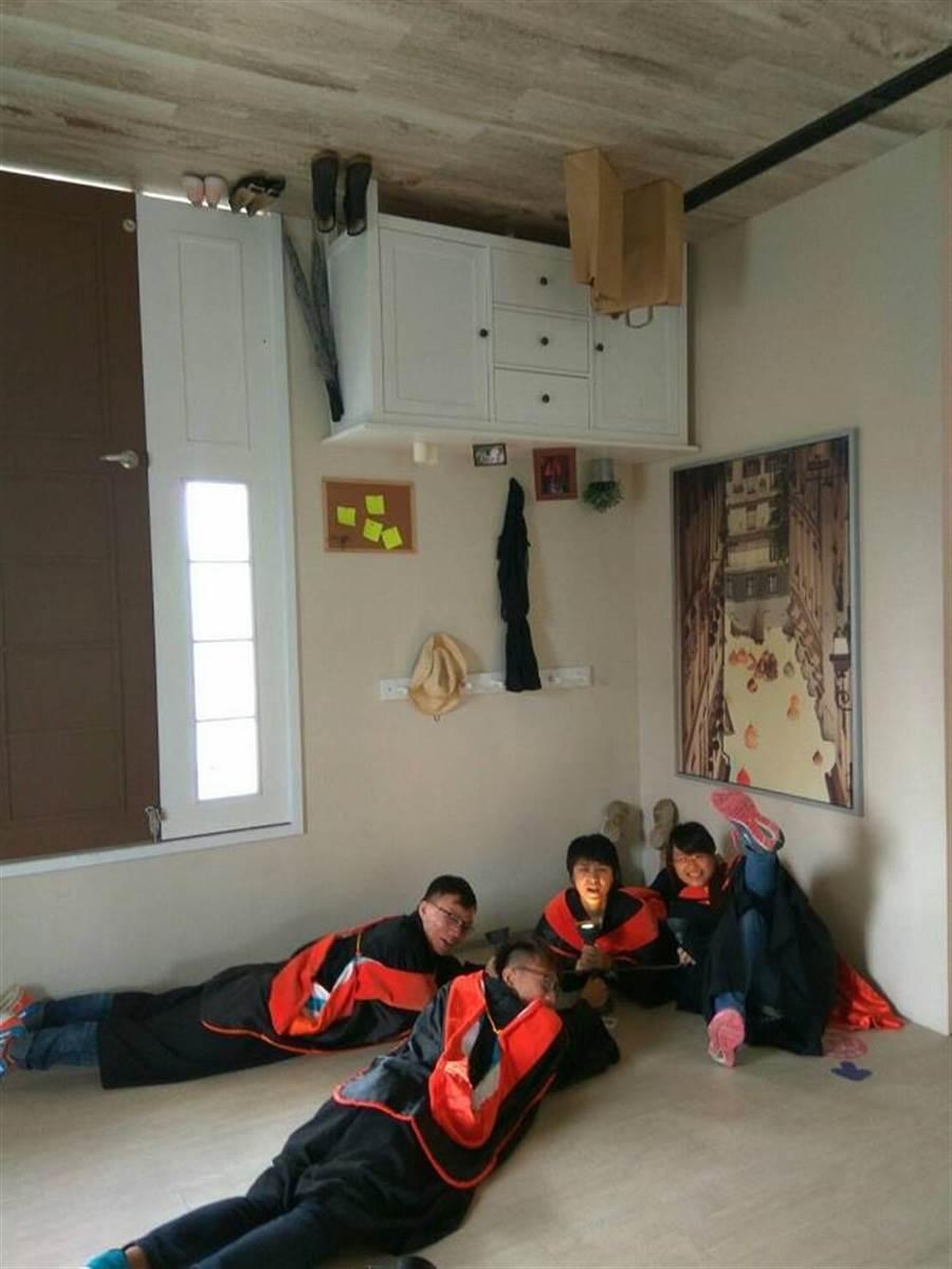 畢業生們在顛倒屋內大玩特技(圖片為華山顛倒屋實景示意 敬請期待駁二顛倒屋)。(時藝多媒體提供)