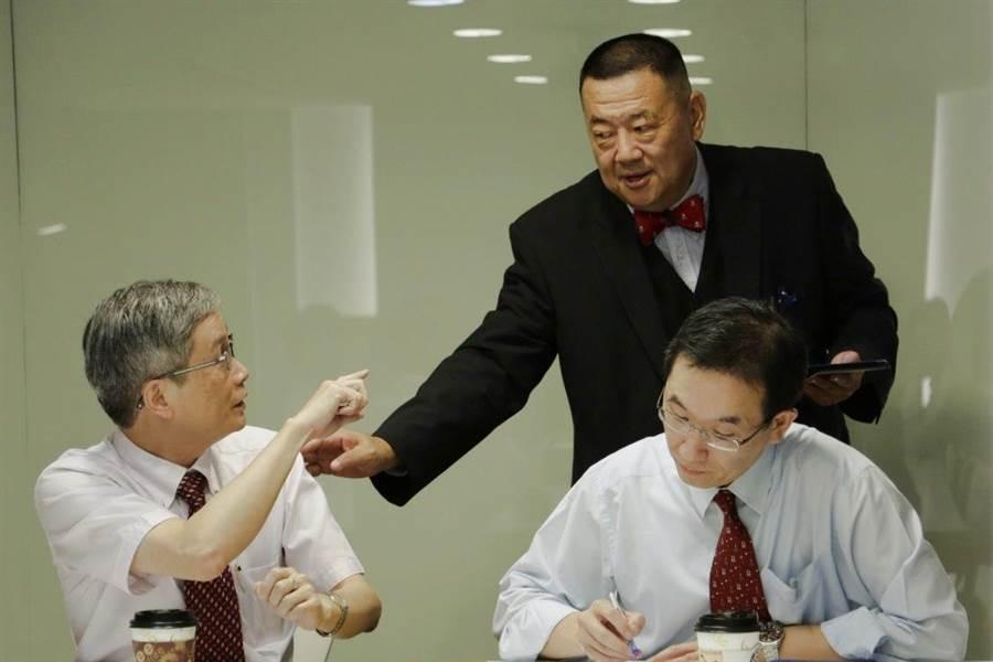 何思慎教授(左)與王冠雄教授(右)認為,菲律賓在仲裁案提到太平島,是台灣介入南海議題的機會,但若要保持影響力,仍需與大陸保持良好關係才行。後為兵推主持人張競教授。(賴韻玲攝)