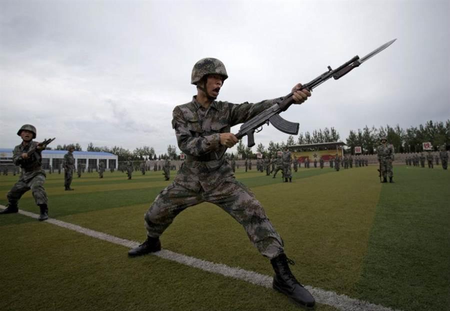 一名解放軍學員參加裝甲部隊的基礎刺刀演練。(圖/美聯社)