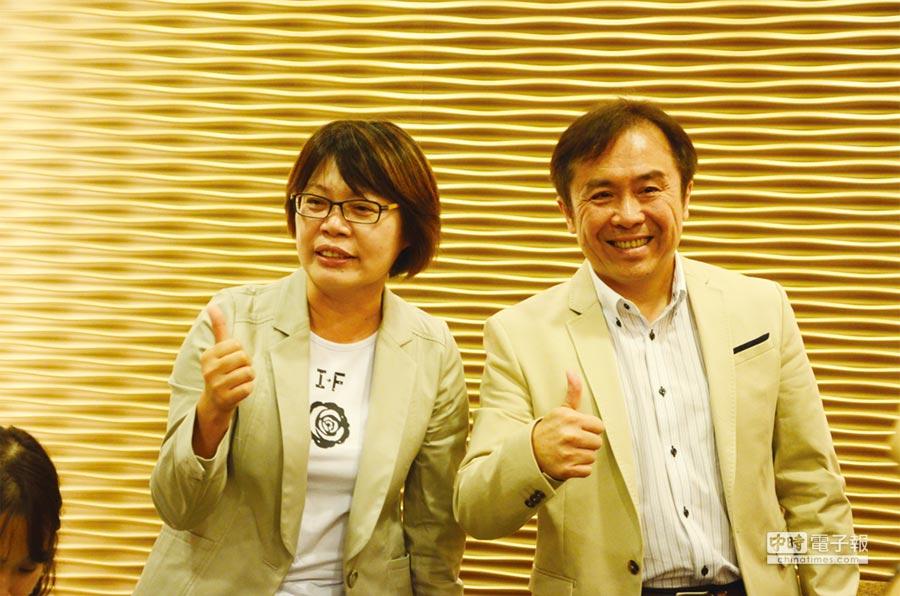 王品董事長陳正輝(右)和王品台灣執行長楊秀慧(左)昨日股東會後一起比讚,並表示王品最糟的時候已經過去,未來業績會穩步上升。圖/陳宥臻
