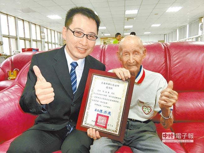 好大手筆!蔡海東(右)選在100歲生日當天,慨捐100萬給歸仁區公所,善舉讓區長陳必成豎起大拇指感佩不已。(曹婷婷攝)