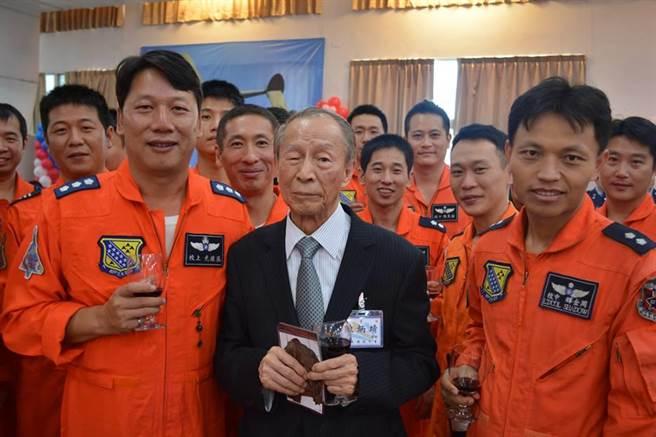 2013年11月,獲邀來台紀念中美空軍混合團成軍70週年的前第23戰鬥機大隊75中隊飛行員陳炳靖與新竹的空軍499聯隊飛行員合影。(許劍虹攝)