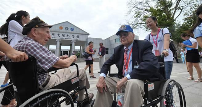 2015年9月5日,獲邀訪問大陸的第14航空軍第311戰鬥機大隊的兩名飛行員大衛·湯普森(David Thompson)(前左)與保羅·克勞佛(Paul Crawford)在芷江飛虎隊紀念館前合影留念,其中後者曾因飛機在華北淪陷區擊落而獲得中共8路軍的救助。(新華社)
