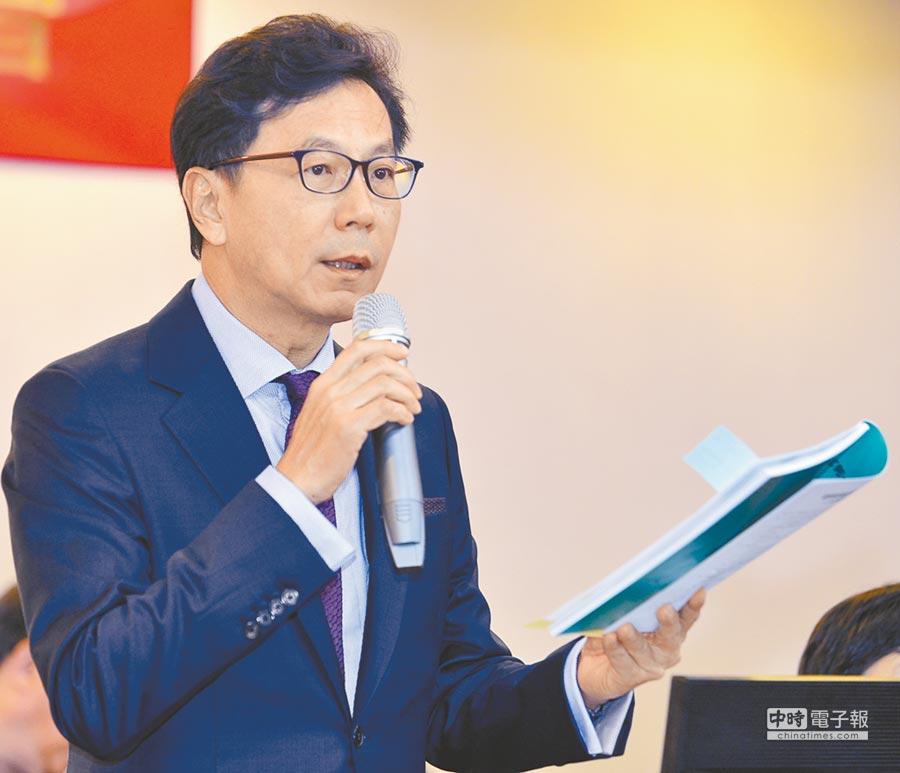 富邦金董事長蔡明忠,8日主持股東常會表示,股利政策是綜合考量股東權益及兼顧長期營運規畫 。(洪錫龍攝)