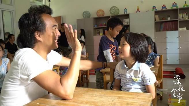 導演蔡岳勳(左)教兒子演戲。(普拉嘉提供)