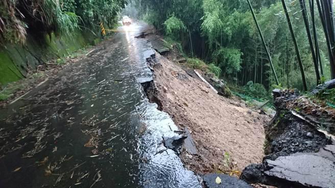 苗縣泰安山區發生多處落石及坍方災情,呼籲用路人注意安全。(圖由大湖警方提供)