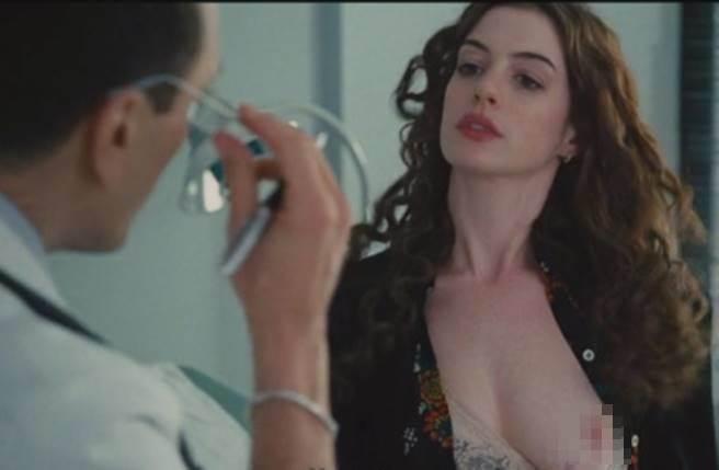 安海瑟薇在《愛情藥不藥》大方解放脫了!(圖/翻攝網路)