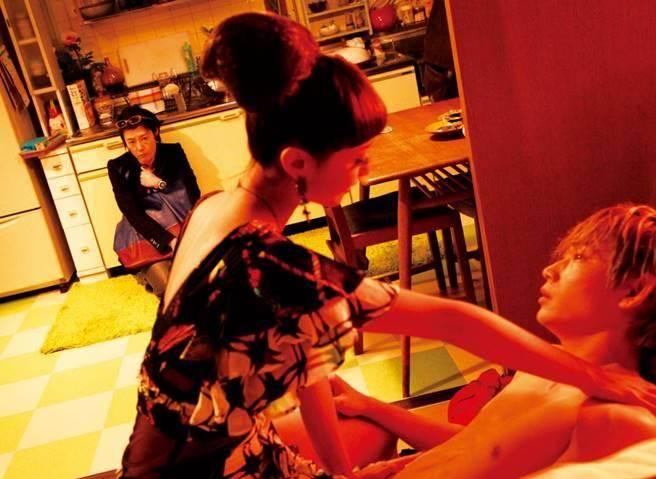 澤尻英龍華在《惡女羅曼死》中全裸激情演出。(圖/劇照)