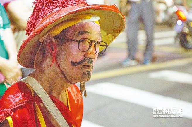 當了33年報馬仔的賴濱雄今年退休。(翻攝)