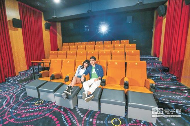 馬曉豪(右)和焦曼婷在影廳內甜蜜依偎,最喜歡座椅第一排有腳墊設計。(盧禕祺攝)