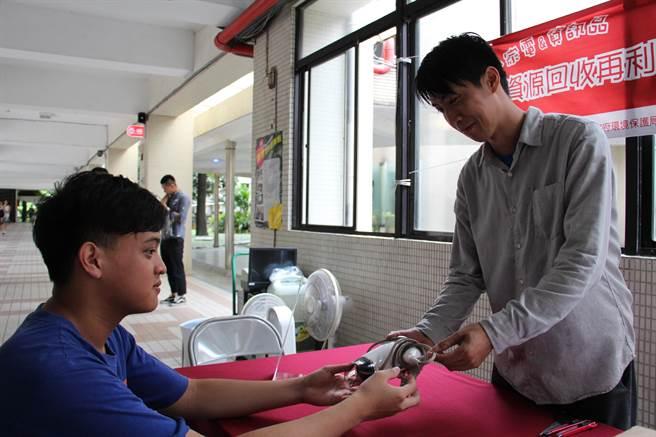 學生捐出汰換的家電,屆時堪用的經維修、保養,將送往偏鄉改善偏鄉孩童生活。(池雅蓉攝)