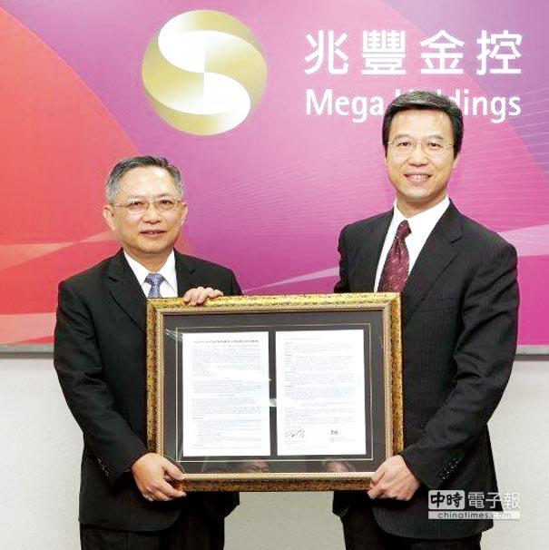 BSI臺灣分公司總經理蒲樹盛(右)頒發證書,由兆豐金控總經理吳漢卿(左)代表接受。圖/兆豐金控提供