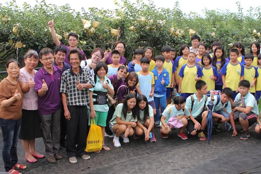彰化縣竹塘鄉4校聯盟的畢業生透過環鄉之旅,認識自己的家鄉土地。鐘武達攝。