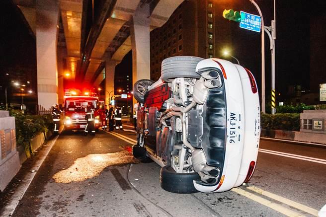 北市市民大道下建國閘道口發生一起300萬休旅翻覆車禍。(郭吉銓攝)