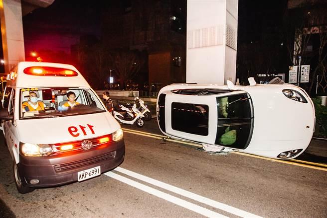 駕駛僅受輕傷由救護人員協助後脫困。(郭吉銓攝)