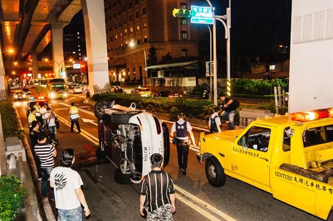 市民大道下建國閘道口一度僅維持單向通車。(郭吉銓攝)