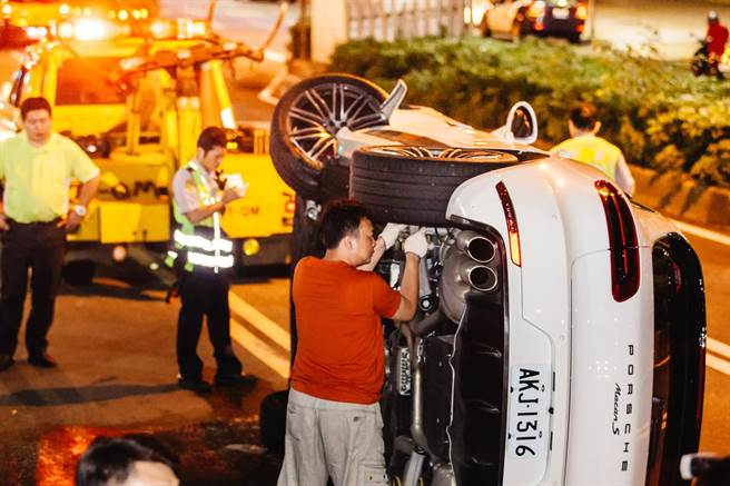 拖吊業者協助拖離翻覆的休旅車,恢復閘道順暢。(郭吉銓攝)