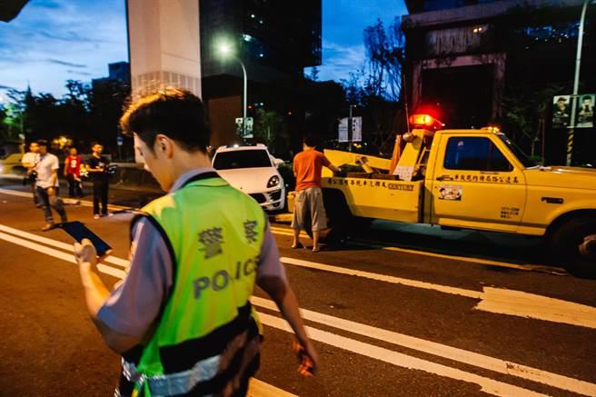 拖吊業者協助警方拖離翻覆的休旅車,恢復閘道順暢。(郭吉銓攝)