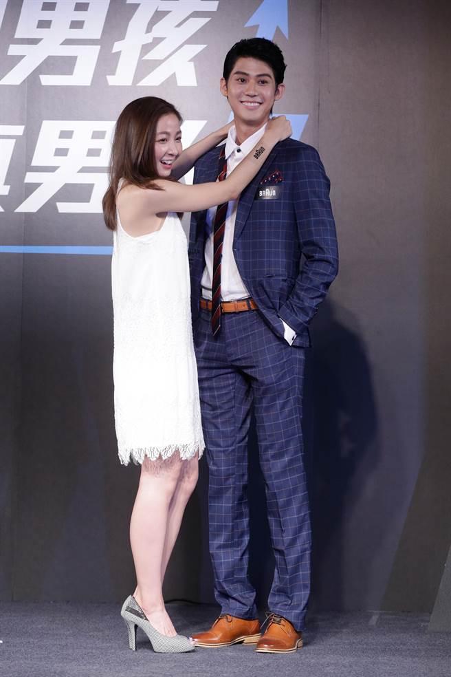 代言人李玉璽與台版「廣末涼子」林雨葶現場演繹情侶間打領帶。(方濬哲攝)