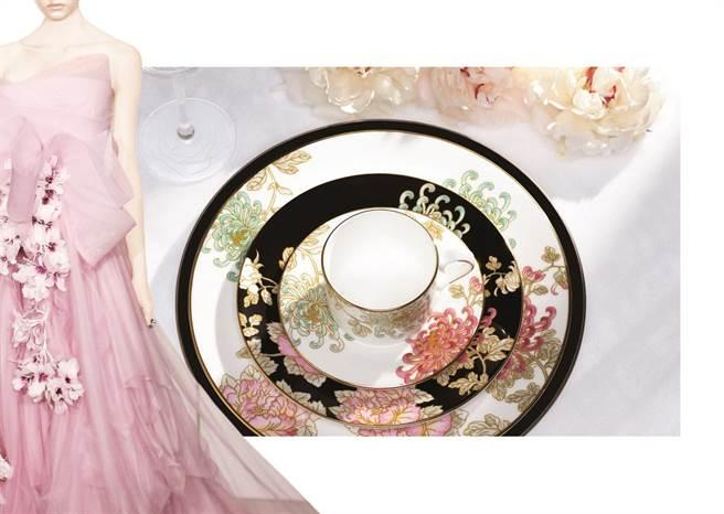Marchesa夢幻沙茶花禮服,奢華的細節納入餐瓷中。(居禮名店提供)