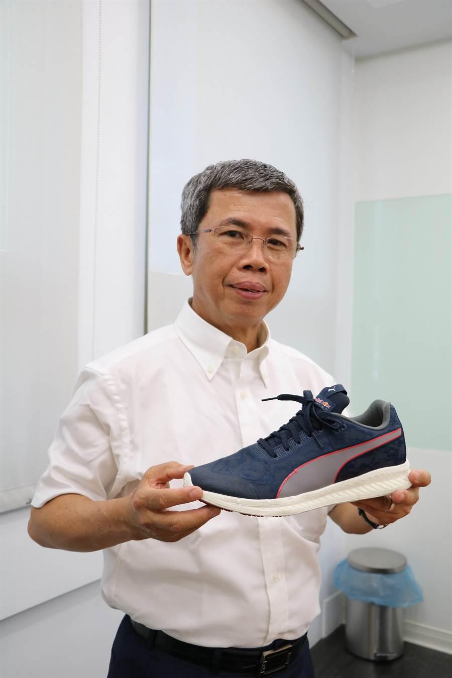 台灣百和董事長鄭森煤今日在股東會後,手持著採用公司「一片式雙面繡」的運動鞋樣品,說明該項創新產品,已被國際品牌大廠所接受。(劉朱松攝)