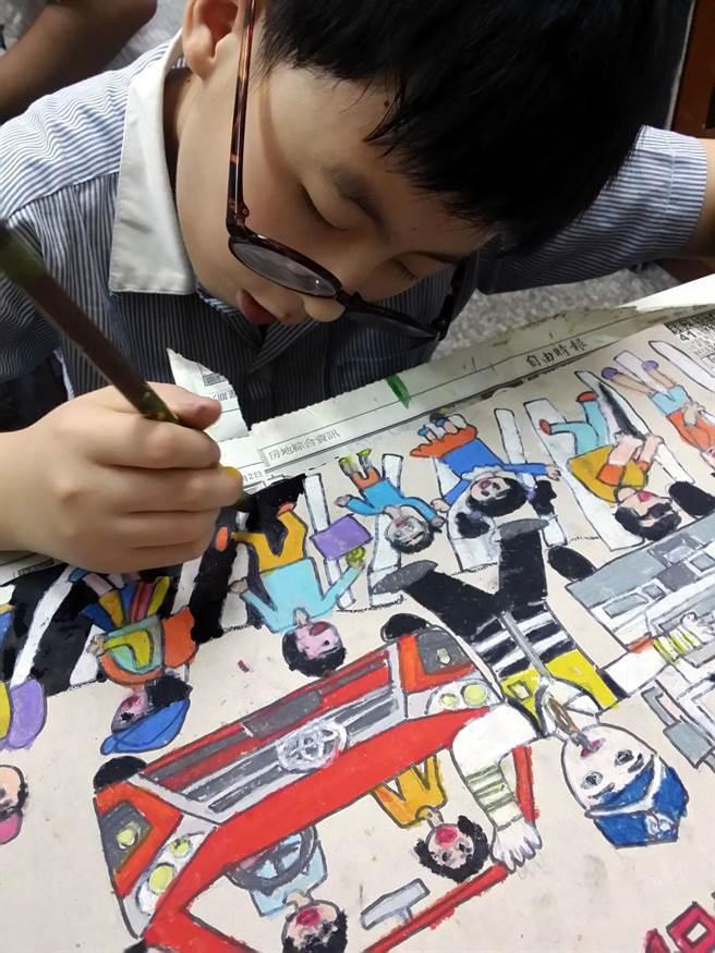 凱旋國小畢業生涂仕軒靠著繪畫治療他永遠吃不飽的罕見疾病。(吳江泉攝)