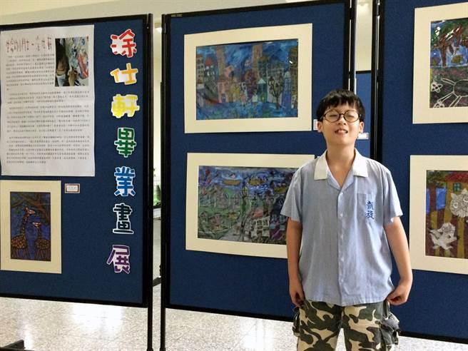 凱旋國小畢業生涂仕軒靠著繪畫治療他永遠吃不飽的罕見疾病,學校為他舉辦畢業畫展。(吳江泉攝)