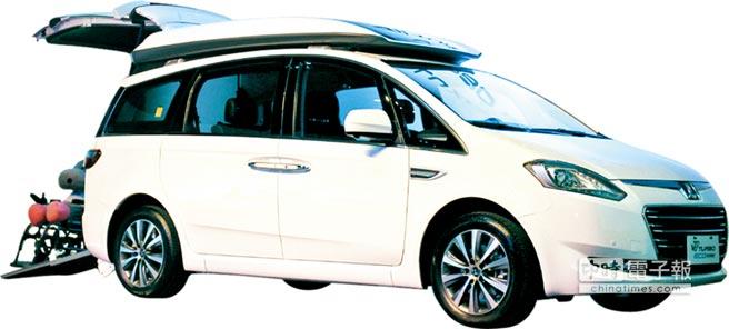 LUXGEN V7 Turbo Eco Hyper高頂休旅福祉車,導入國產唯一的電動輔助牽引機構及便利伸縮式斜坡板,除了上下車更便利,也減輕了照護者的負擔。圖/陳慶琪