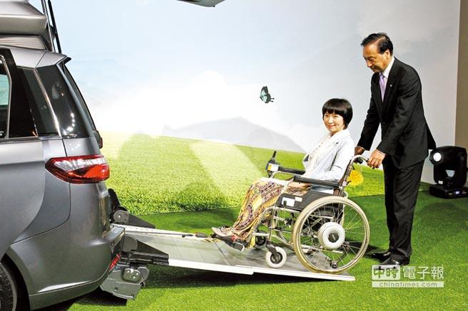 致力於「集體社會交通無障礙」的立法委員楊玉欣(左)與LUXGEN總經理胡開昌(右),親身示範V7 Turbo Eco Hyper的無障礙成車功能。圖/陳慶琪