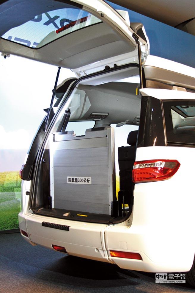 為讓輪椅乘員也能方便進出車室,V7 Turbo Eco Hyper貼心配置可伸縮收折、且可承受達300公斤載重的便利伸縮式斜坡板。圖/陳慶琪