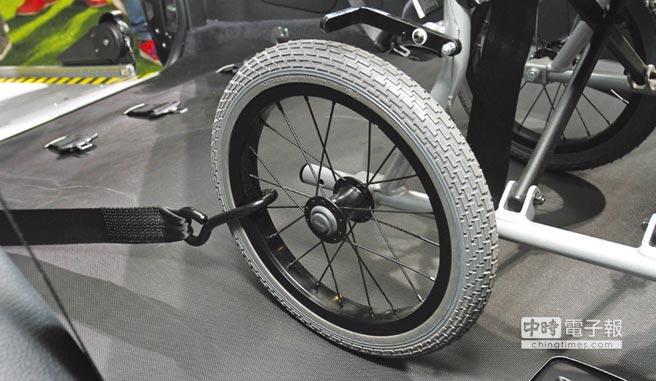 輪椅固定機構讓輪椅乘員於車輛行進間也享有平穩且安全的舒適乘感。圖/陳慶琪