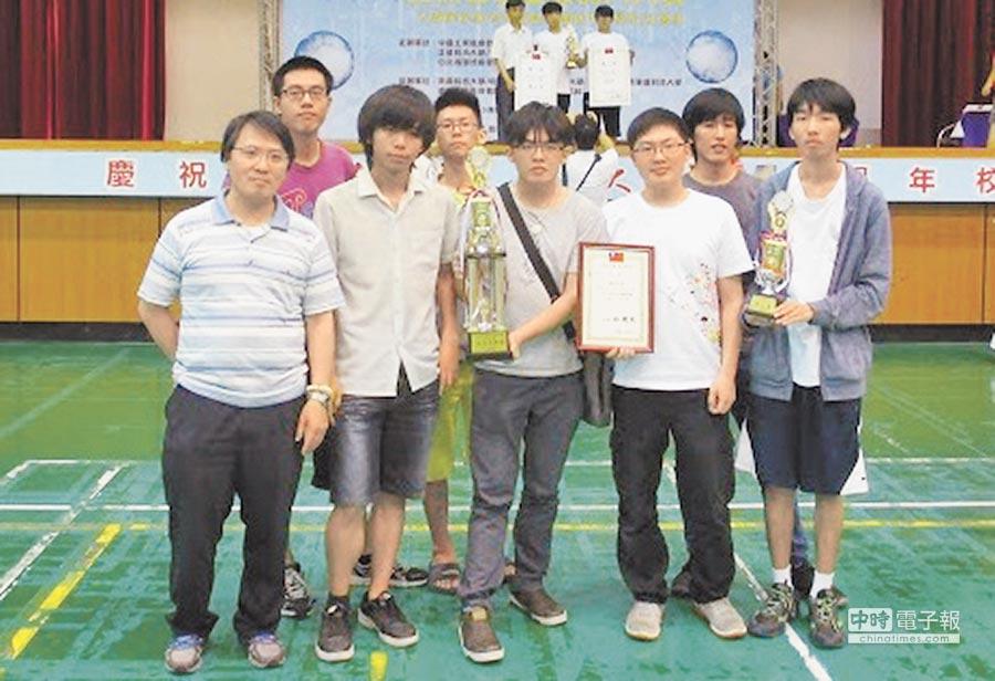 龍華科技大學資網系學生,參加2016亞洲智慧型機器人大賽,抱回8金2銀5銅等38個獎項。(龍華科大提供)